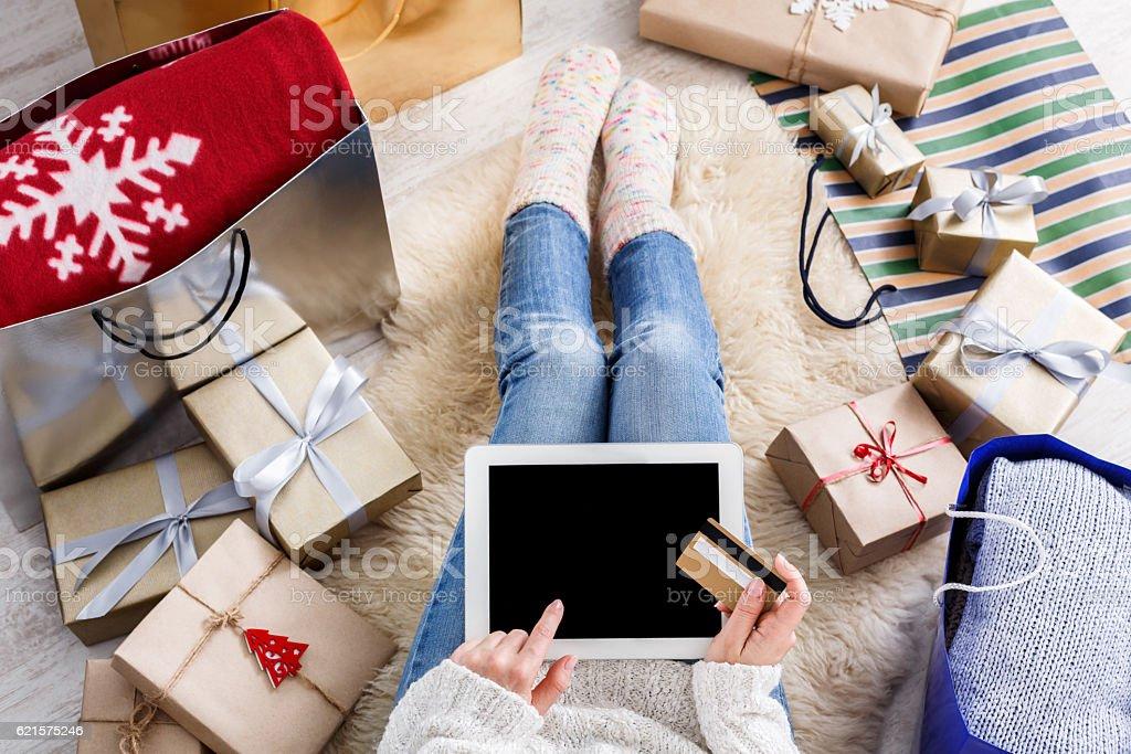 Une femme les magasins en ligne avec une carte de crédit photo libre de droits