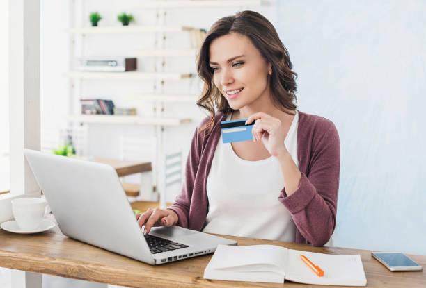 Frau kauft online mit Laptop und Kreditkarte – Foto