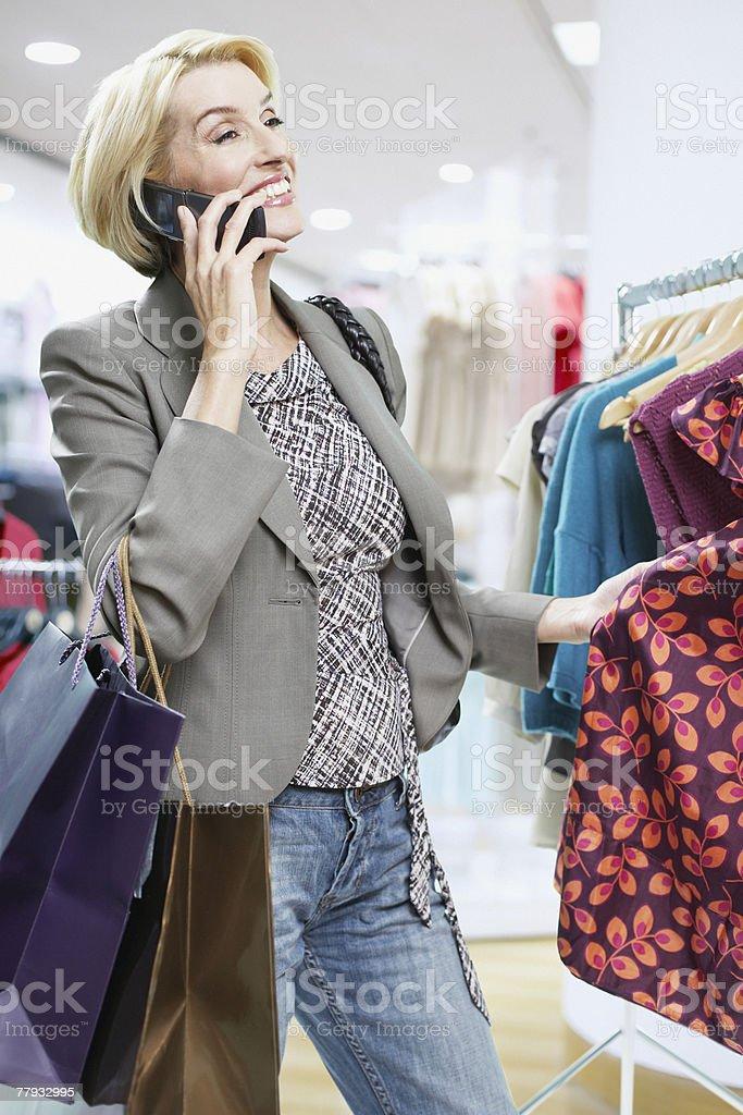 여자 쇼핑 중에 휴대폰 royalty-free 스톡 사진