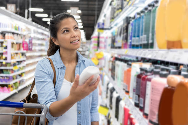 lojas de mulher para shampoo no supermercado - shampoo - fotografias e filmes do acervo