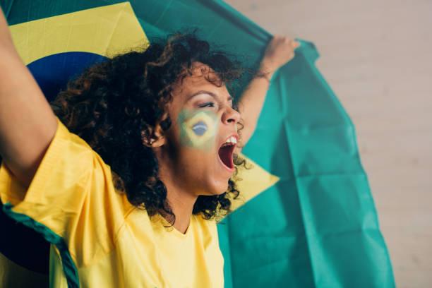 Mulher gritando e assistindo futebol campeonato brasileiro - foto de acervo