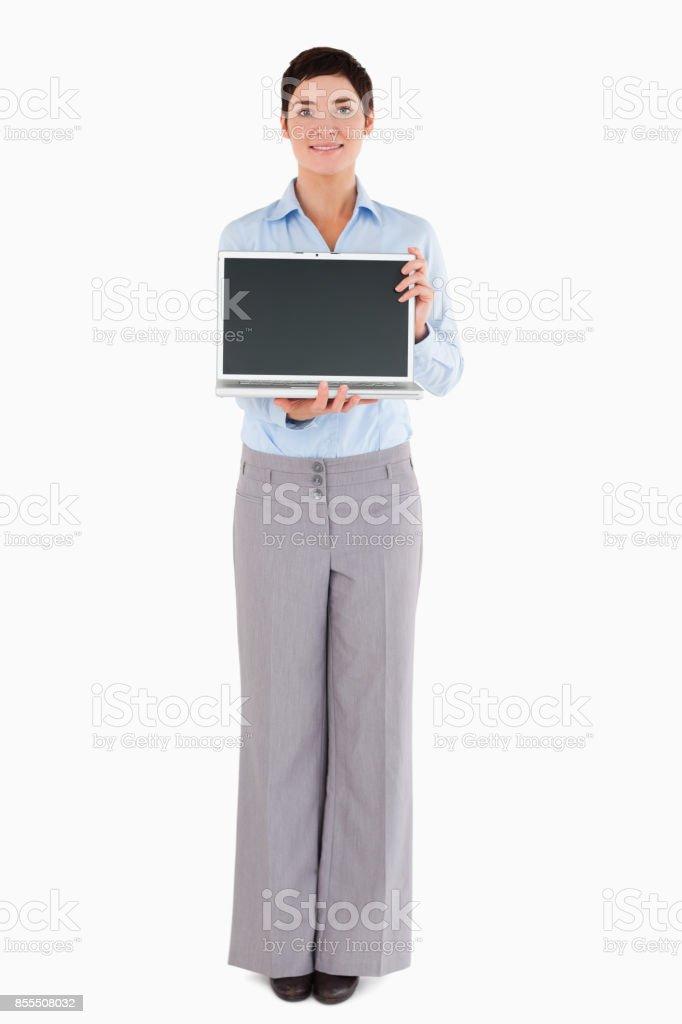Femme montrant un ordinateur portable - Photo
