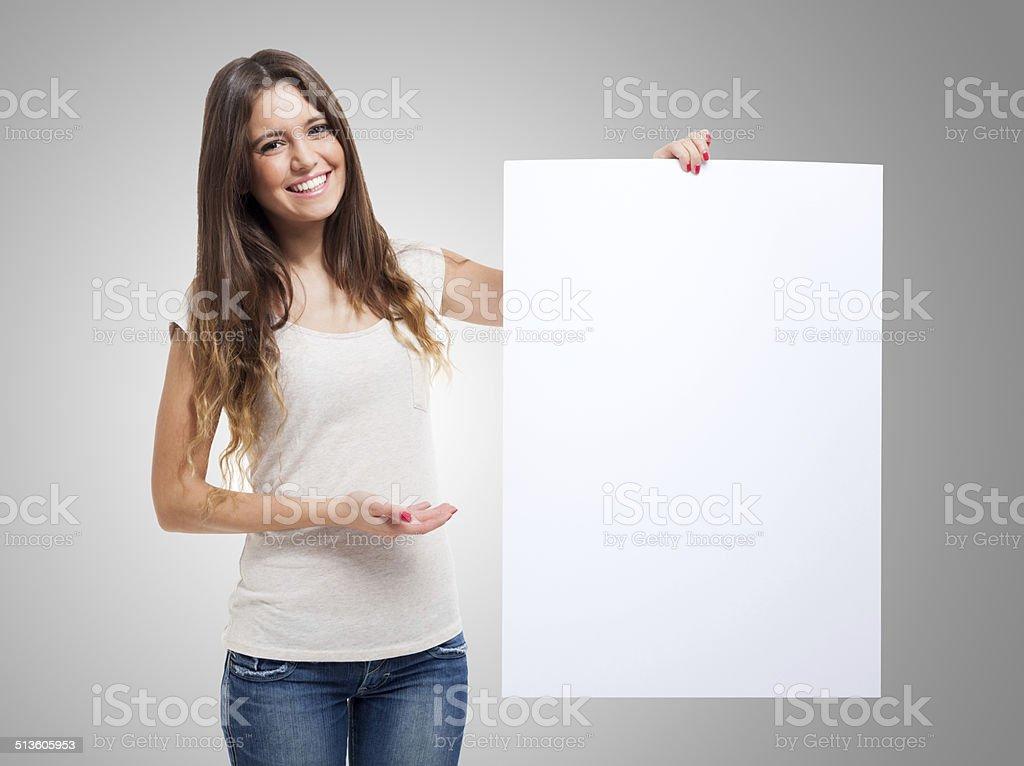 Mulher mostrando uma placa branca - foto de acervo