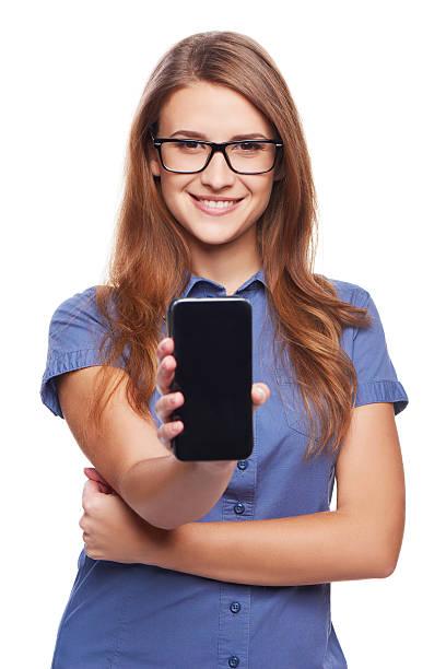 女性を示すスマートフォンの画面空白ブラック ストックフォト