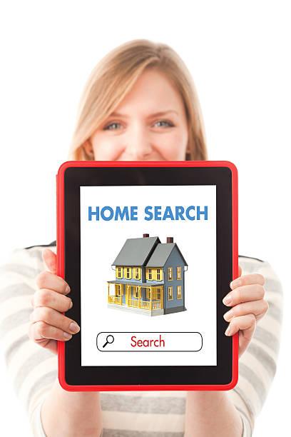 frau mit heimat-immobilien-website auf tablet-computer - immobilienangebote stock-fotos und bilder