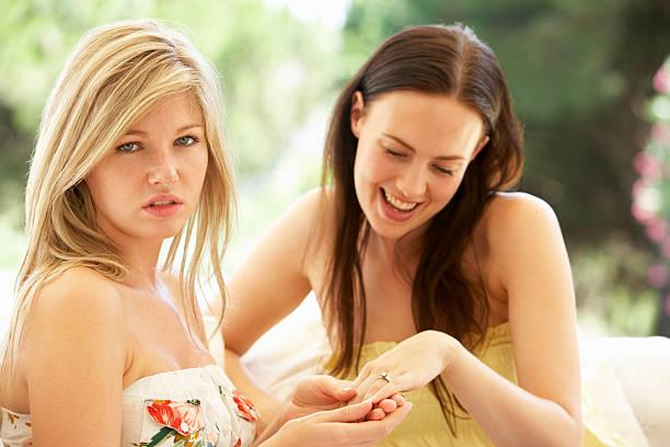 女性を示すジーラスご婚約指輪 - 羨望 ストックフォトと画像