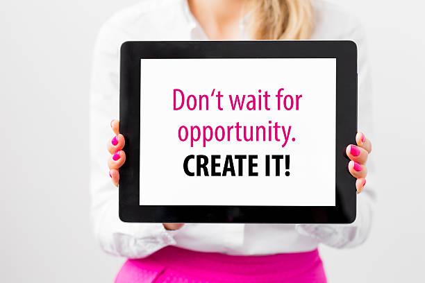 woman showing motivational quote on tablet - bedeutungsvolle zitate stock-fotos und bilder