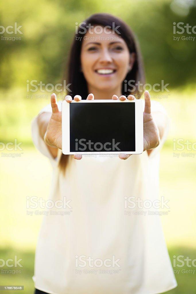 Mujer mostrando tableta al aire libre foto de stock libre de derechos