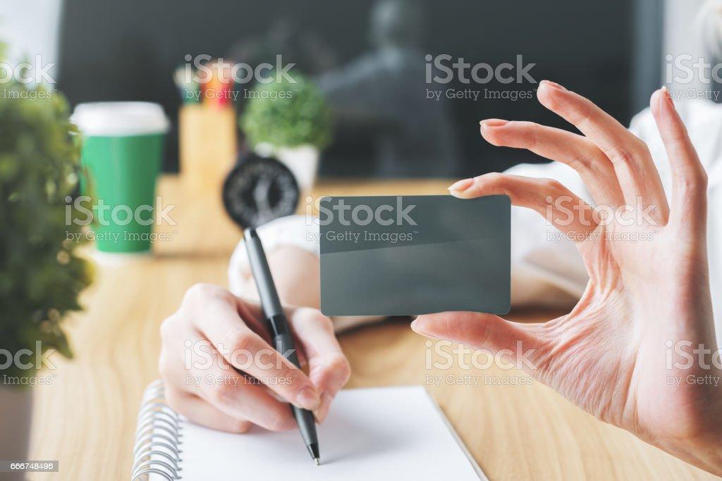 Woman shwowing blank card foto stock royalty-free