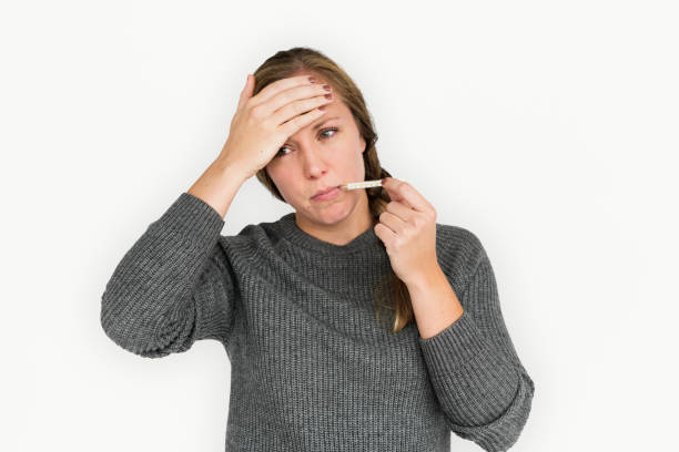 kvinnan sjukdom termometer kall feber koncept - mature woman fever on white bildbanksfoton och bilder
