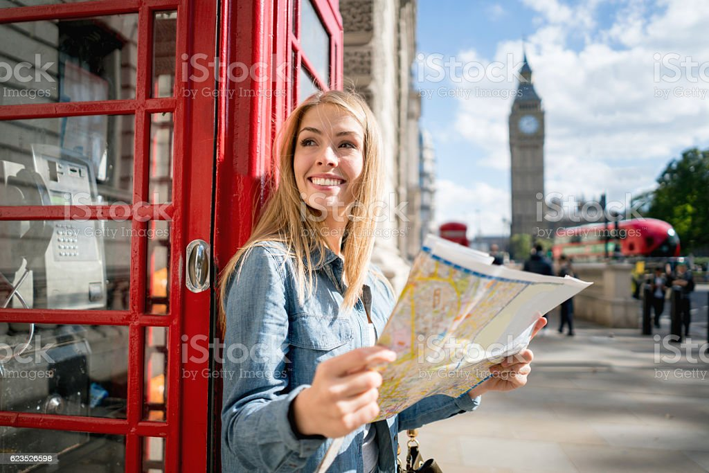 Woman sightseeing in London holding a map – Foto