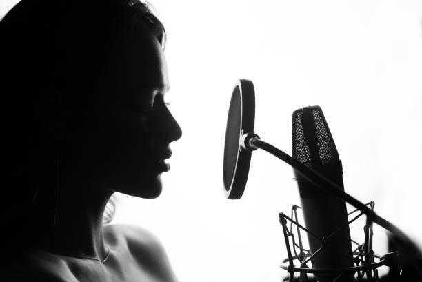 femme chanter dans le studio d'enregistrement. - technique photographique photos et images de collection