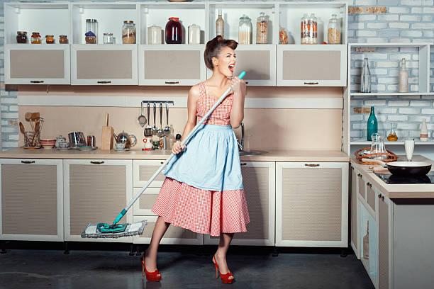 mulher canta e limpa a casa. - dona de casa - fotografias e filmes do acervo