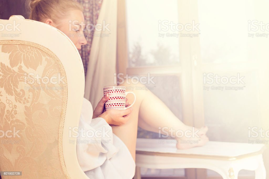 woman sipping coffee in a magic moment of quiet foto stock royalty-free