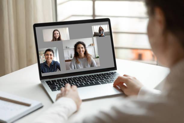 Frau sitzen am Schreibtisch mit Laptop mit Videoanruf Kommunikation – Foto