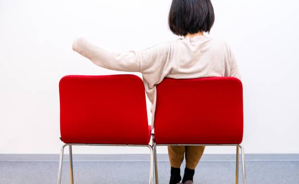 座る女性だけ - 独身の若者 ストックフォトと画像
