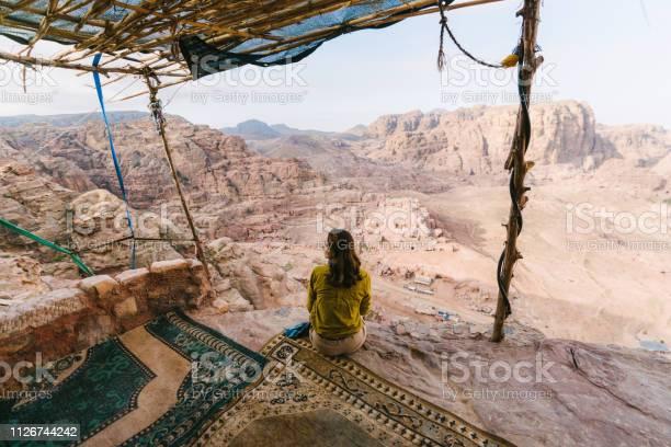 Frau Sitzen Und Betrachten Der Wüste In Petra Stockfoto und mehr Bilder von Abenteuer