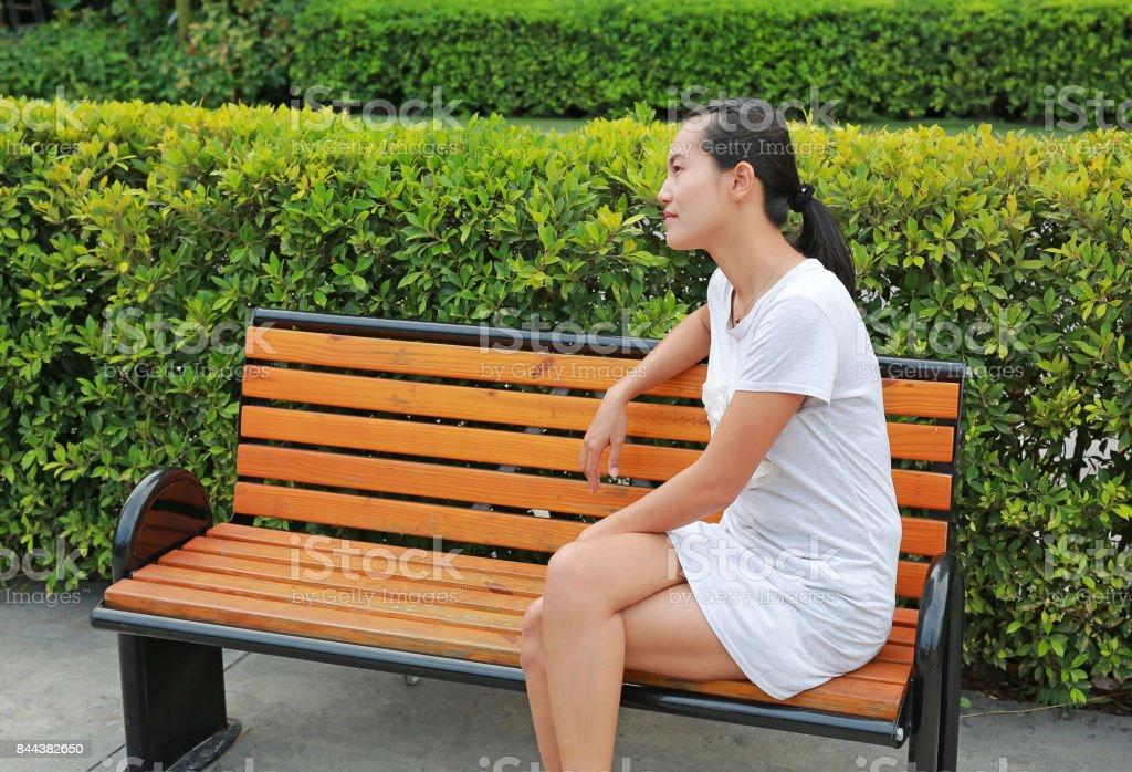 Houten Stoel Tuin.Vrouw Zitten En Ontspan Op Houten Stoel In De Tuin Stockfoto En