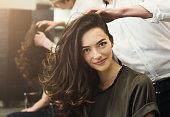 髪型を作る美容室で座っている女性