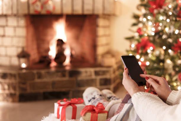 frau kamin - weihnachtsprogramm stock-fotos und bilder