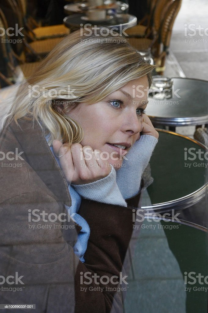 Woman sitting in cafe foto de stock libre de derechos