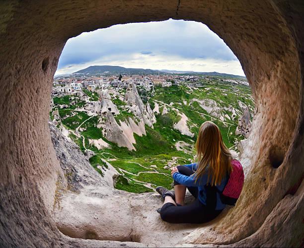 frau sitzt in kappadokien valley der türkei - schönste reiseziele der welt stock-fotos und bilder