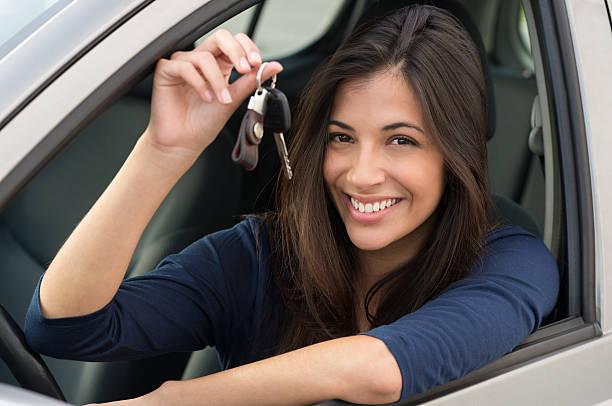 frau sitzen im auto mit schlüssel - autos für fahranfänger stock-fotos und bilder
