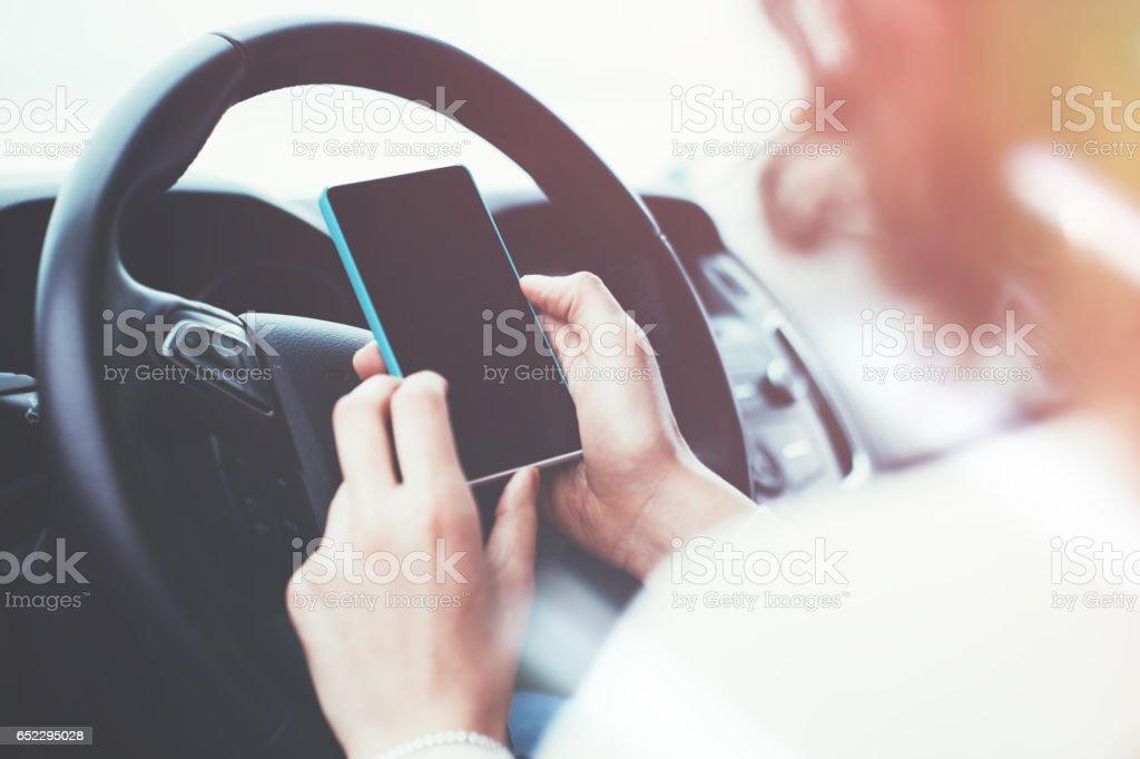 Mujer sentada en no mover el coche con el teléfono móvil - Foto de stock de Adulto libre de derechos