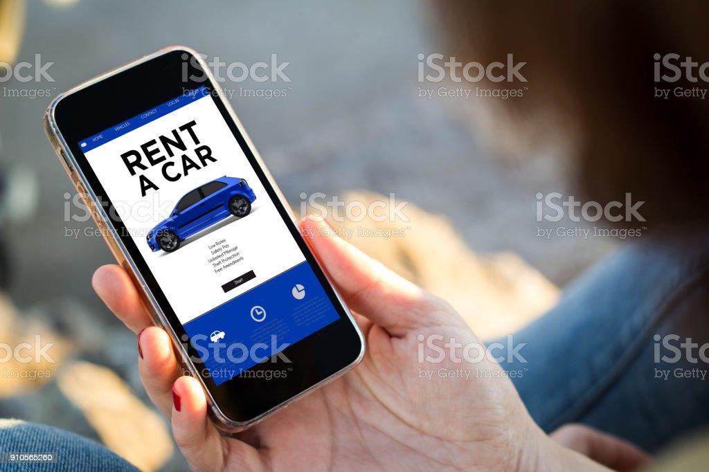 Frau sitzt auf der Straße mit ihrem Smartphone mieten ein Auto – Foto