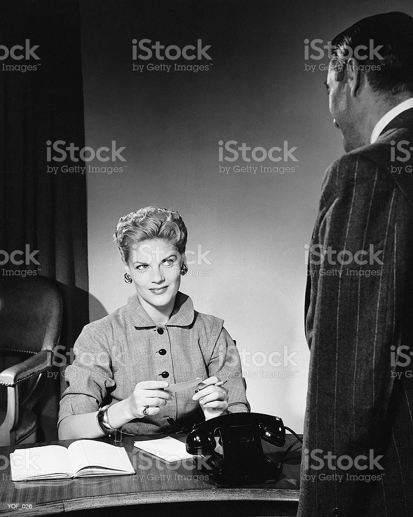 Mujer sentada, escucha hombre foto de stock libre de derechos