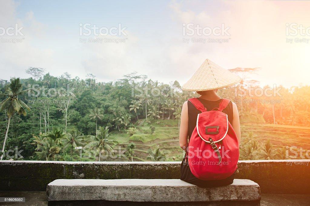 Frau sitzt in der Nähe von Reisfeld – Foto