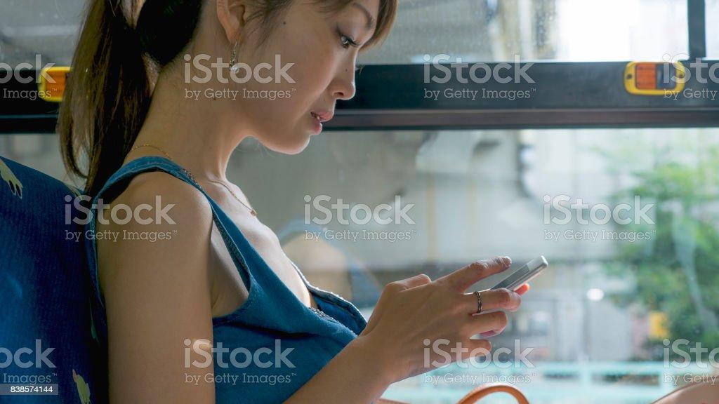 Mujer sentada en un autobús en la mañana - foto de stock