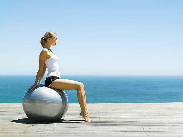 Frau sitzt auf einem Gymnastikball – Foto