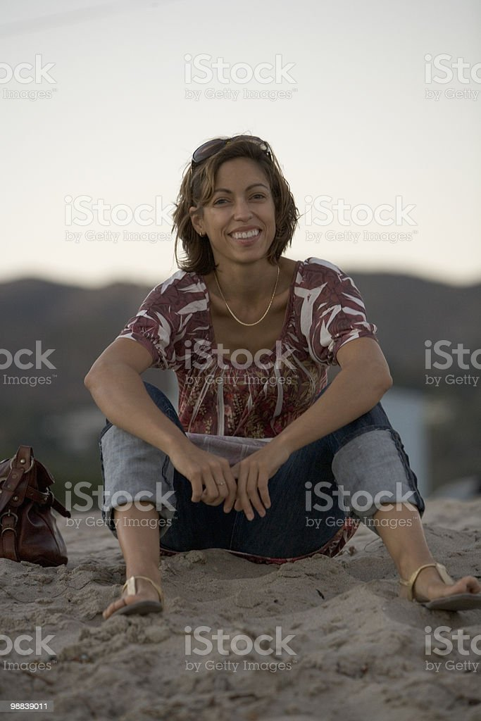 Woman sitting on beach. foto royalty-free