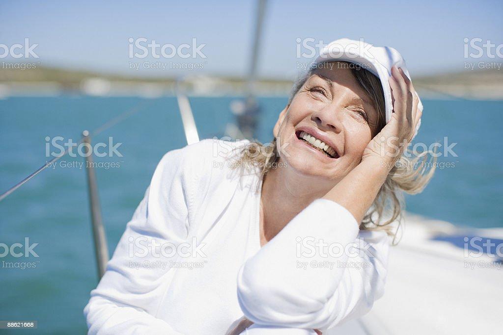 Femme assise sur le pont du bateau photo libre de droits