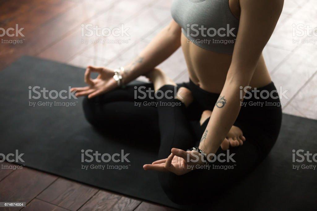 Frau sitzt auf der Matte in Lotus posieren macht mudra, Studio - Lizenzfrei Accessoires Stock-Foto