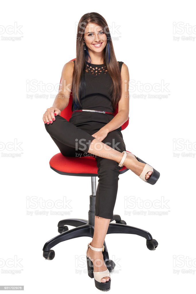 Frau sitzt auf Bürostuhl lächelnd in die Kamera – Foto