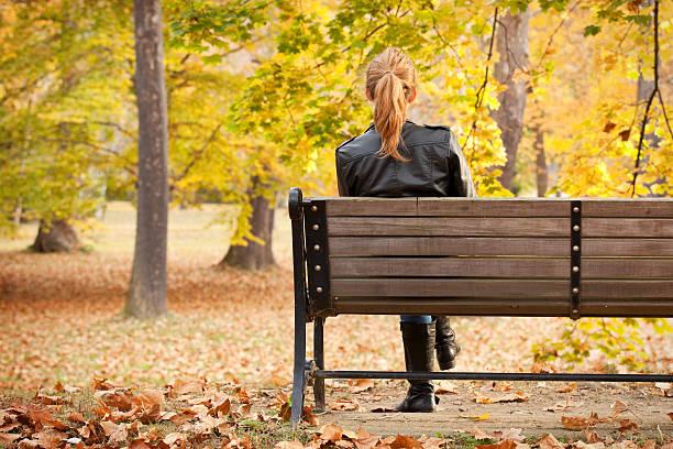 frau sitzt auf park bench genießen sie mit blick auf die wasserfälle - damenschuhe 44 stock-fotos und bilder