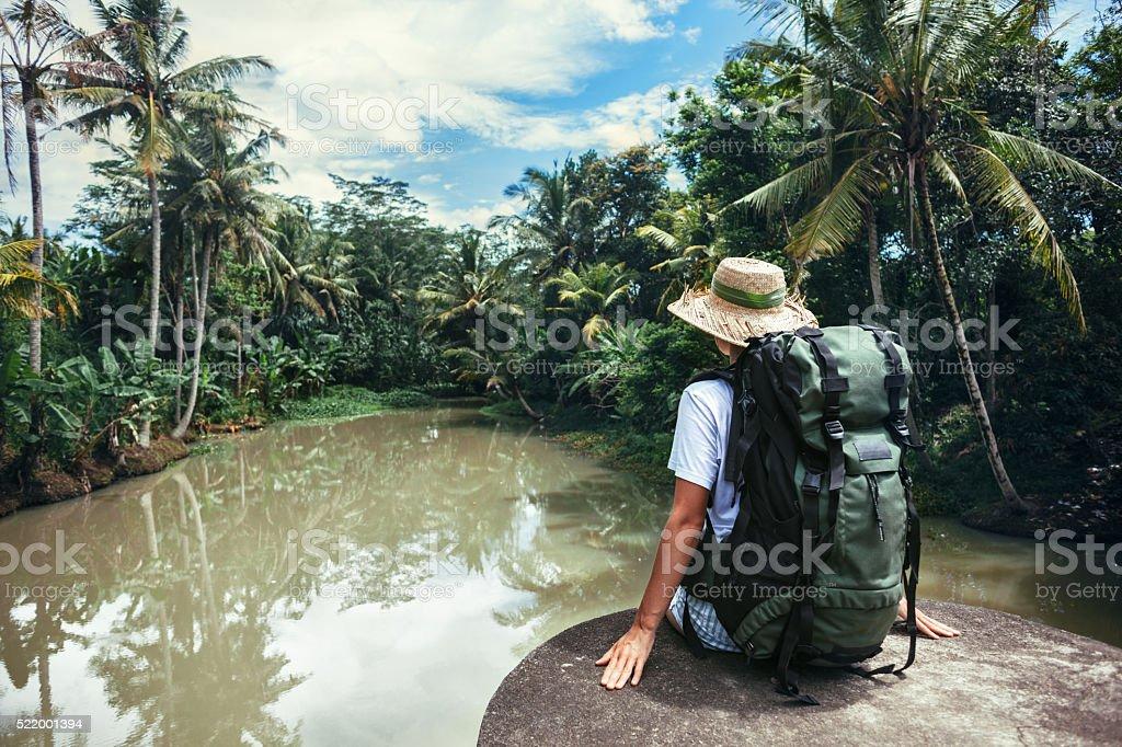Frau sitzen auf dem Rand der Nähe des tropischen Fluss – Foto
