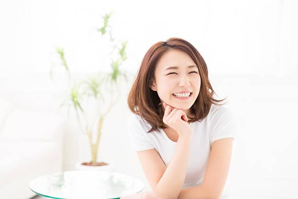 座る女性 - 笑顔 女性 ストックフォトと画像