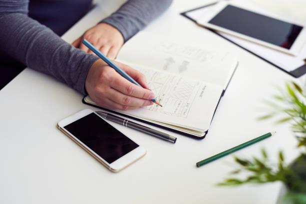 Frau skizzieren grafische Skizze im Büro – Foto