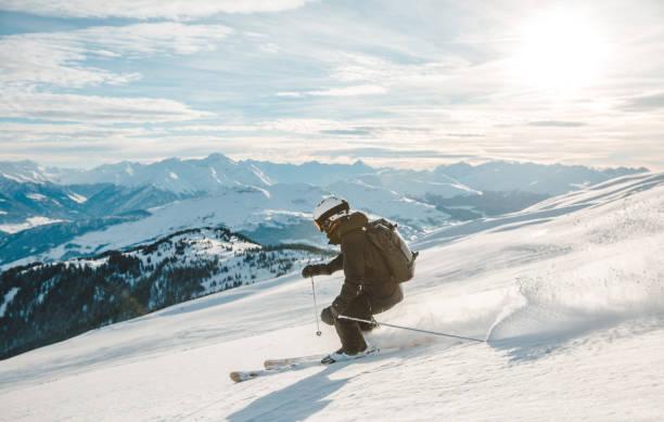 vrouw skiën in laax, zwitserland. - skipiste stockfoto's en -beelden