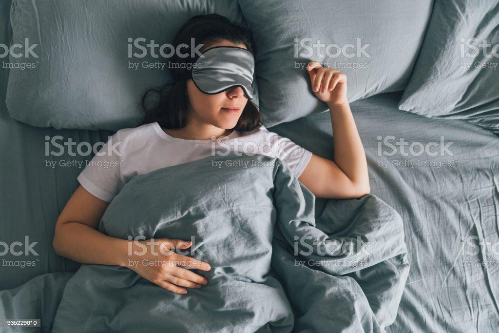 mulher dormir tapa olho na cama cinza. espaço de cópia - Foto de stock de Adulto royalty-free