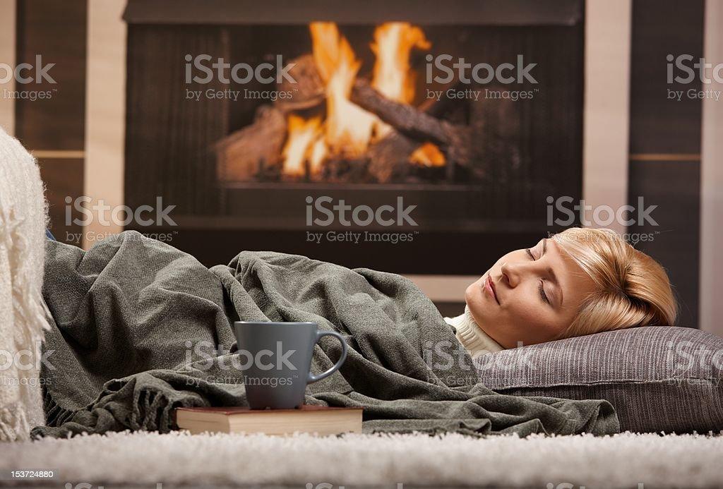 Frau Schlafen am Kamin – Foto