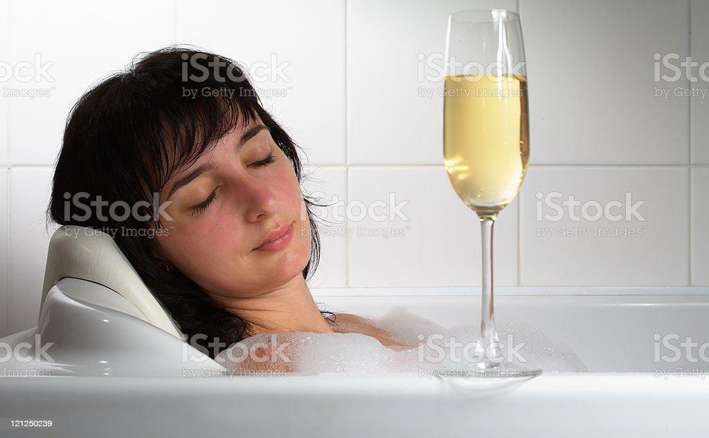 Женщина Спать В Ванной С Бокалом Шампанского — стоковые фотографии и другие  картинки Алкоголь - напиток - iStock