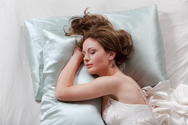 Frau in Ihrem Bett schlafen – Foto