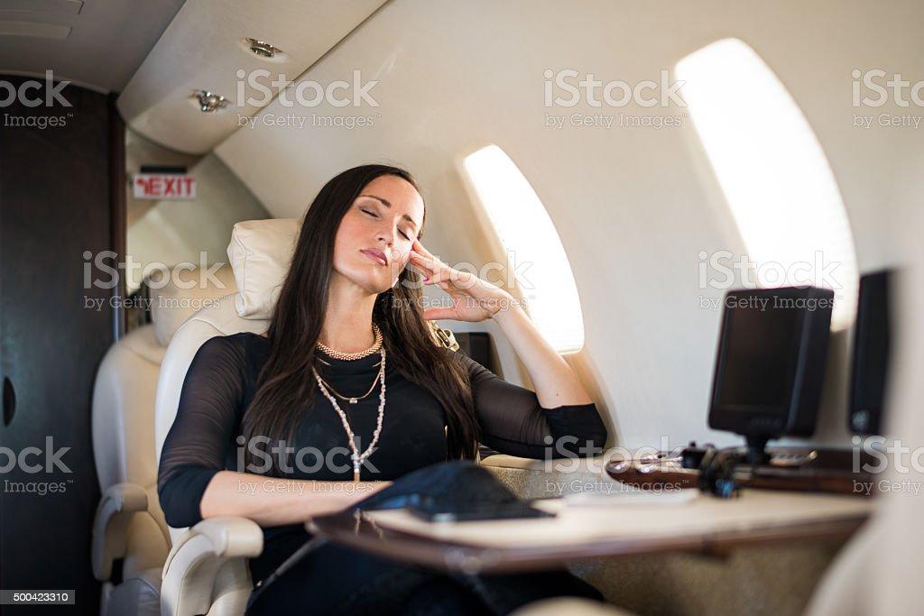 Femme dormir dans l'avion jet privé - Photo