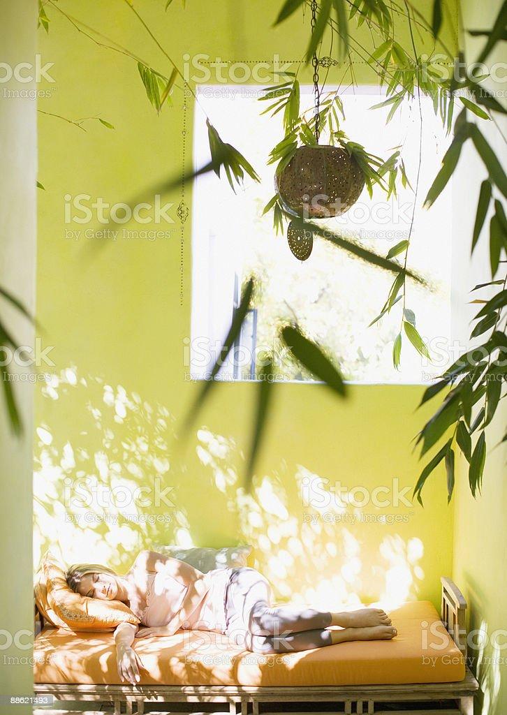Femme dormir sur une méridienne en journée photo libre de droits