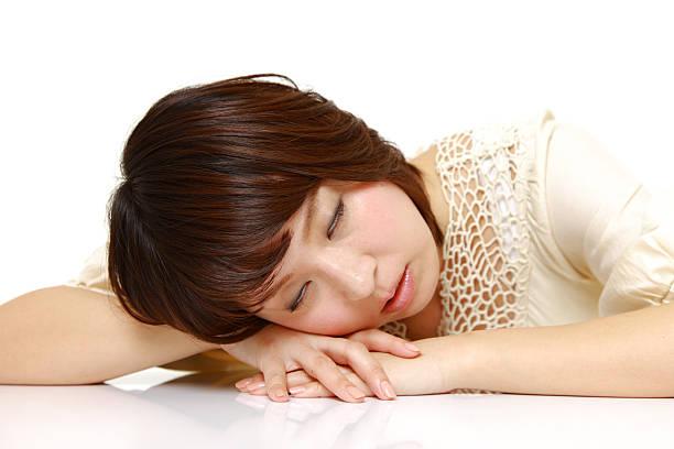 frau schlafen auf dem schreibtisch - sandmann stock-fotos und bilder