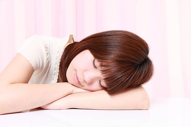 frau schlafen auf dem tisch - sandmann stock-fotos und bilder